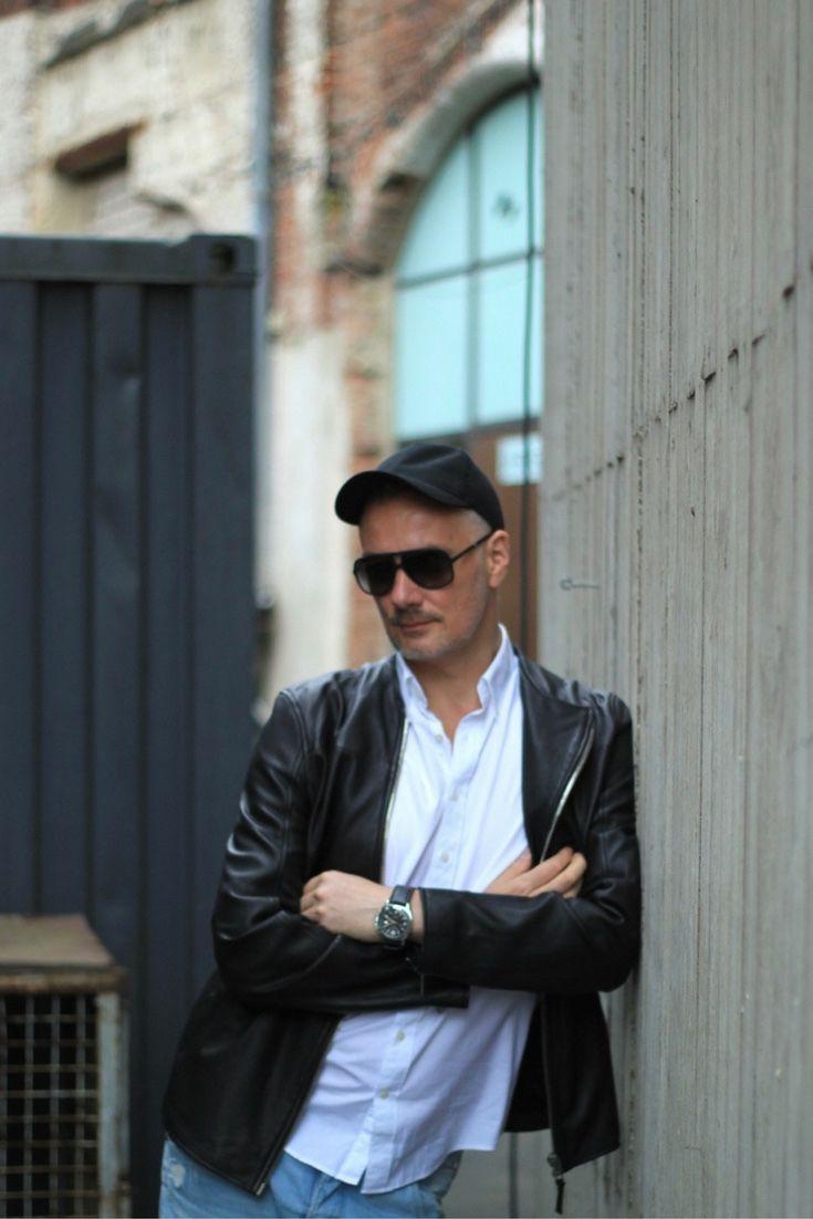 Lässiges Outfit für den Mann mit weißen Hemd und schwarzer Tigha Lederjacke mit cooler schwarzer Sonnenbrille.  Mehr auf unserem Modeblog für Männer zu den Modetrends für den Sommer und die warme Jahreszeit.