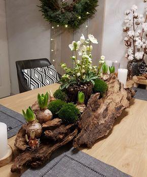 Tafelstuk voor in de winter met bollen, helleborus, mos en schors