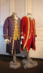 Anciennes ?   Uniformen des 18. Jahrhunderts, Anzüge mit Westen und Kniehosen, Golddekoration und Rüschenhemden