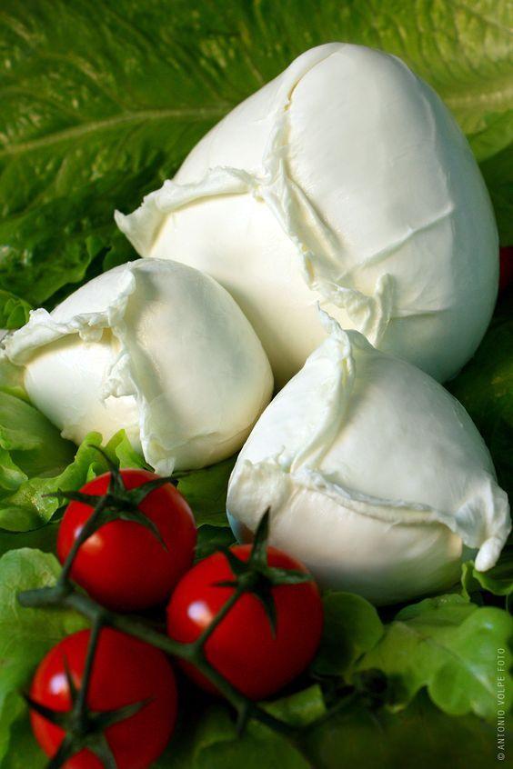 Приготовить настоящую моцареллу дома вполне реально, главное — найти и купить сычуг (сычужный фермент). Ингредиенты: Порций: 4 1 1/2 ч.л. лимонной кислоты 120 мл холодной воды 1/4 ч.л. сычужного фермента 50 мл воды (нехлорированной, дистилированной) 4 л цельного молока (см. примечание ниже) Способ приготовления Молоко налить в глубокую кастрюлю. Добавить лимонную кислоту, перемешать аккуратно. Подогреть […]