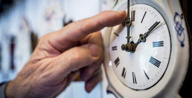 Sygxysh Me Allagh 8erinhs Wras H Ee Thn Katargei Alla Ta Krath Apofasizoyn Clock Wall Clock Silver Watch