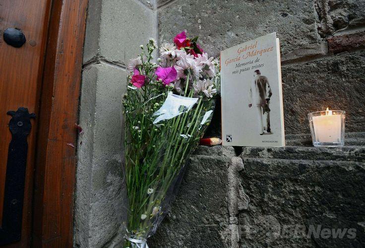 メキシコ市(Mexico City)にあるガブリエル・ガルシア・マルケス(Gabriel Garcia Marquez)氏の自宅前に供えられた花束と同氏の著書(2014年4月17日撮影)。(c)AFP/ALFREDO ESTRELLA ▼19Apr2014AFP 世界の政治指導者や作家ら、ガルシア・マルケス氏を悼む http://www.afpbb.com/articles/-/3013037 #GabrielGarciaMarquez #GarciaMarquez #Marquez