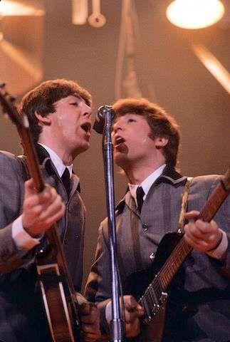 Paul y John tocando durante una de sus giras norteamericanas.