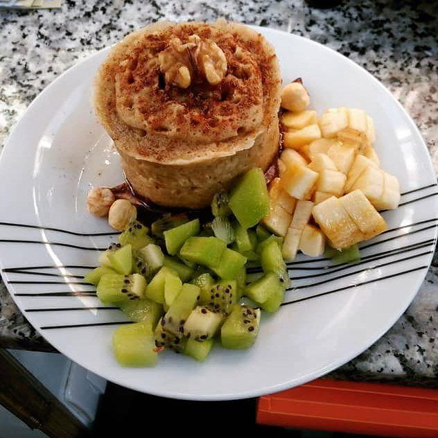 Reposting @geneta_health: Y empezamos semanaaaaa!!! Bon diaaaaa Hoy aprovecho el desayuno de ayer que le hice a una amiga ya que hoy repito una vez más las tortitas de arroz con pavo 😬 📃 receta: 2 claras 30 gr harina avena sabor cookies de #weider 1/3 de plátano 2 cucharadas leche de avena Nueces Toppings: Canela Nutella casera vegana 1/2 kiwi 1/2 plátano 4 avellanas Sirope de agave  Ea... No se puede quejar la colega 😂😂😂😂 La elaboración, la de siempre.... Aplastamos bien con un…