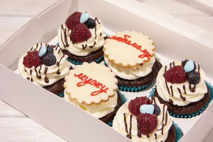 Dělejte překvapení pro příbuzné protože důraz je tak pěkné. Čokoládové cupcakes s čokoládovou náplní.  Делайте близким сюрпризы ведь внимание так приятно. Шоколадные капкейки с шоколадной начинкой.  #cupcake #cupcakespodebrady #cupcakes #handmade #maliny #boruvky #maffin #krem #dezert #sweetcakes #czech #czechrepublic #podebrady #praha #nymburk #kolin #pardubice  #jidlo #food #homemade #cakestagram