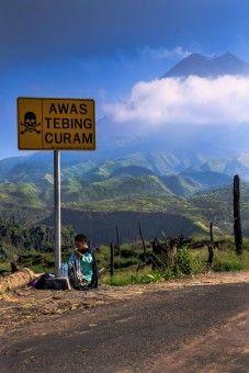 Royanto: seoarang nenek yg menjual air mineral di kaki gunung merapi. foto ini di ambil 5 bulan setelah erupsi pada bulan november 2010. masih tersisa batang pohon yg hangus oleh keganasan erupsi gunung merapi.