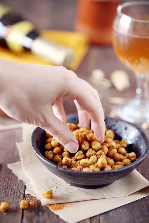 C'est une idée de grignotage apéritif très simple, très rapide et tellement bonne. Les pois chiches sont enrobés d'huile et d'épices avant d'être enfournés