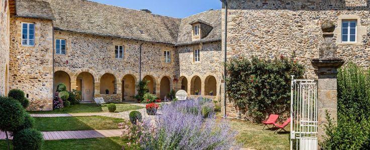 Lors d'un séjour en Midi-Pyrénées, faites une halte près de Rodez, en Aveyron. Le Relais du Silence Le Château de la Falque vous attend en pleine nature, dans un ancien couvent du XVIIe siècle, confortablement restauré. Ses 10 luxueuses chambres sont de style contemporain. Son spa, payant et très bien équipé, propose soins du corps et du visage. Situé à Saint-Geniez-d'Olt, cet hôtel 3 étoiles vous garantit un séjour hors du temps.