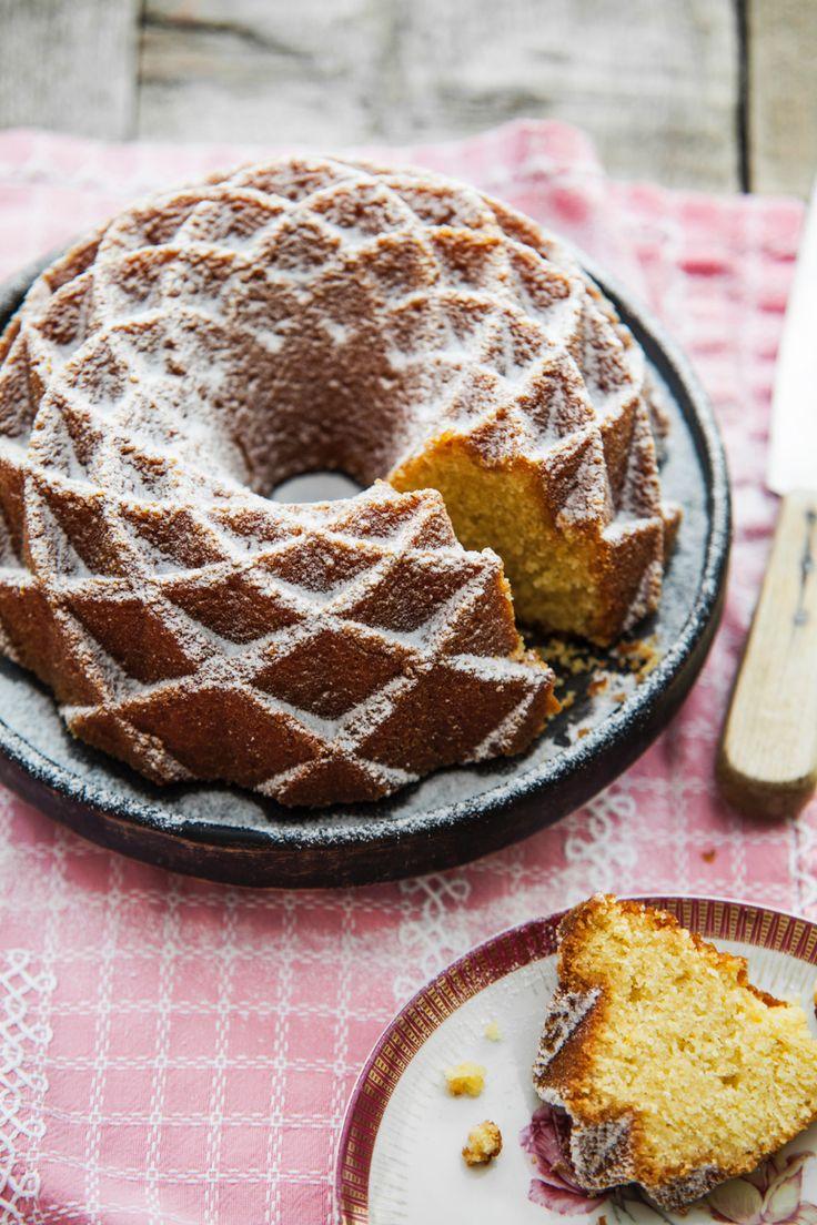 Ter ere van het nieuwe boek van Rutger van den Broek,Bakbijbel, staande komende zaterdagen in het teken van Zoete Zaterdag. Elke week een heerlijk zoet recept! Met vandaag: eensinaasappel-amandeltulband. Verwarm de oven voor op 160 °C en vet een tulbandvorm in. Doe de suiker, boter, het vanille-extract, zout en de sinaasappelrasp in een kom en …