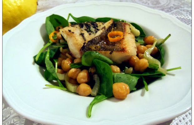 Fried perch fillet with chickpeas and spinach - Mytaste.com