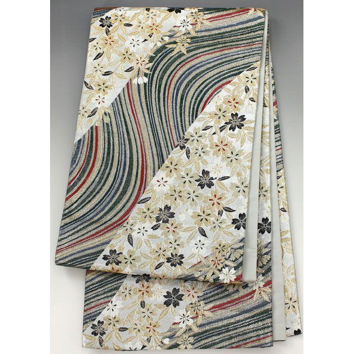 袋帯 銀×緑 金や黒、白のたくさんの桜柄が綺麗【送料無料】 【中古】【仕立て上がりリサイクル帯・リサイクル着物・リサイクルきもの・アンティーク着物・中古着物】銀と緑の斜めに流れる模様地に 銀の中には金や白、黒色の桜柄が入っていて、緑の中には様々な色の流れる線模様が入った豪華な袋帯です。  <シチュエーション> 振袖などと合わせていかがでしょうか  <風合> おうとつ感のあるざらざらした手触りの生地風合いです。  <状態>  使用感があり、シワや折り目がありますが特に目立つ汚れは無く状態良好ですので、お気軽にお召し頂けます。