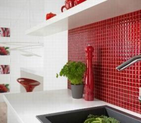 Красная мозаика на кухне