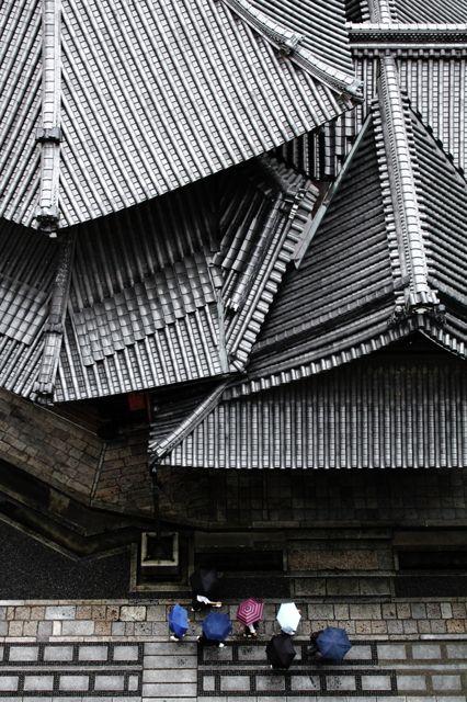 正式名称は「頂法寺」ですが、本堂を真上から見ると六角形であることから通称「六角堂」と呼ばれています。 この六角形を写真に撮ろうと思ったのですが、ちょっと高さが足りない・・・そんな時、たまたま通りがかった修学旅行生のグループがさしている傘が、偶然にも六角形。六角堂を真...