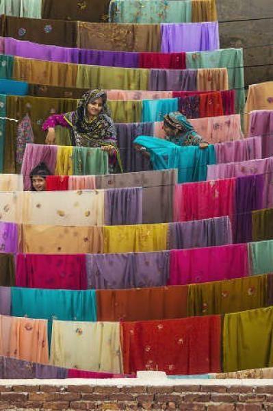 "Yann ARTHUS BERTRAND - Photographie. ""Séchage de tissus à Bahawalpur"". Pendjab,[ Yann Arthus Bertrand"