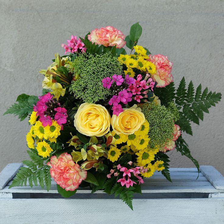Sunshine es un ramo colorido compuesto por rosas amarillas, claveles, trachelium, bouvardia, crisantemo y margaritas. Un ramo alegre que inunda de color cualquier estancia de la casa.