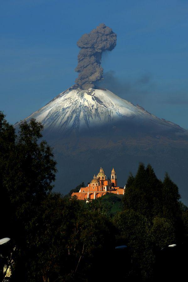 Popocatepetl, the most active Volcano in Mexico, with great smoke... hey, no esta tan lejos y se ha de comer deli!!!