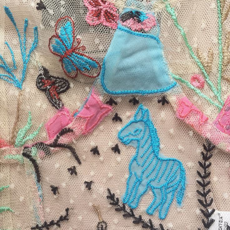 #topbordadossemitransparente #embroidery #embroiderydesign #bordados #decuento #magic #coloresbonitos #summer #verano #transparente #delicado #zara #inditex #naif #embroiderylove #embroideryart #zaratop #cute #lovely #cosasbonitas