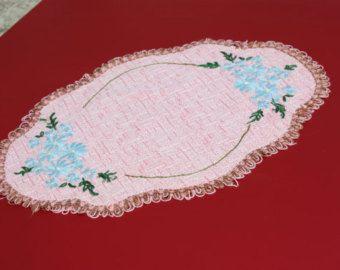 Rosa panno di tabella di preparazione con ricamo di fiori blu e bordatura della treccia. Decorazioni per la casa, Centrino, centro tavolo vintage francese