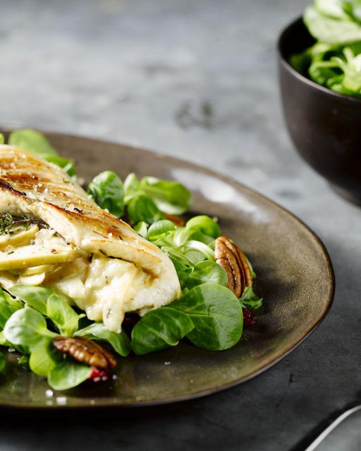 Deze heerlijk gevulde kip met appeltjes en smeuïg gesmolten brie de meaux is winters en makkelijk te bereiden. Serveer met kroketten en een slaatje, lekker!