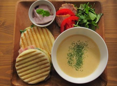 イングリッシュマフィンのパニーニのワンプレート / panini with soup and salad