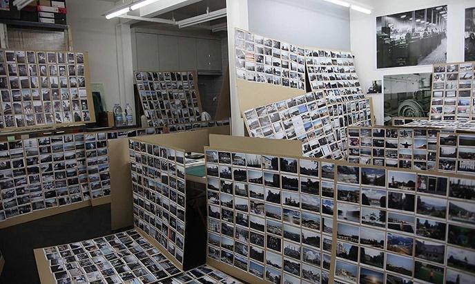 백승우 (2011). 미국의 벼룩시장에서 구입한 50000여 점의 사진 중 2,700여 장을 선별. '판단의 보류'전(아트선재, 2011)