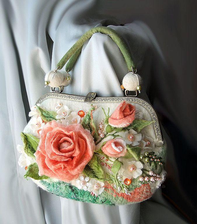 Купить или заказать Сумка 'Розовые грезы' в интернет-магазине на Ярмарке Мастеров. Нежные коралловые розы в обрамлении жемчуга. Милая и женственная подружка, сохранит в себе маленькие женские секретики-) Шелковая подкладка с двумя кармашками, застежка - молния или фермуар (по…