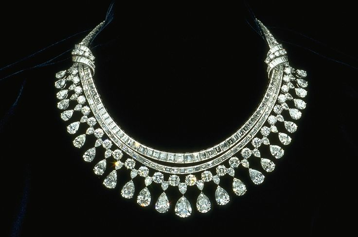 Hazen Diamond Necklace  The Hazen Diamond Necklace was designed by Harry Winston. It is made of platinum and contains 325 diamonds that have a total weight of approximately 131.4 carats.