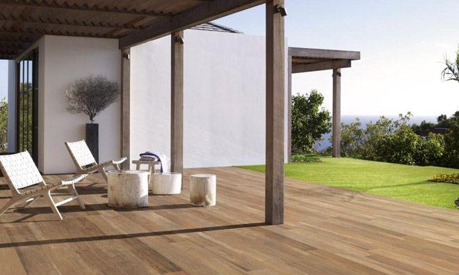 Carrelage imitation parquet bois Viaggio Gold, terrasse extérieure contemporaine, chaleureuse et facile à entretenir.