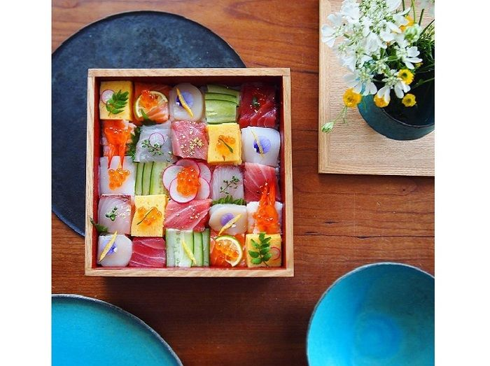 重箱の蓋を開けた瞬間、お客さまの目が輝くはず♪お刺身に季節の野菜、玉子焼きや山菜。色とりどりの具材が引き立てあうはなやかさは、おもてなしにぴったりです。