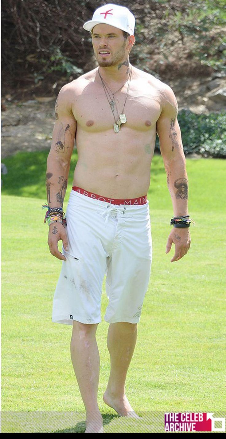 Kellan Lutz goes shirtless and shows off his fake tattoos ...
