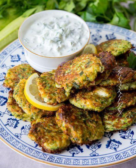 Utsökta grekiska zucchinibiffar med fetaost. De känns nästan somriga. Kolokithokeftedes serveras gärna som en aptitretare på plockbuffén men hemma hos oss äter vi dem som en helmåltid med tzatsiki, sallad och bröd. Ljuvliga! De påminner väldigt mycket om libanesiska ejjeh. För bäst konsistens på biffarna rekommenderar jag att du använder späda zucchini. 6 portioner 1 kg fasta zucchini (läs tips nedan) 200 g fetaost 2 salladslökar 1 lök (gul eller röd funkar) 1 dl finhackad dill eller mynta…