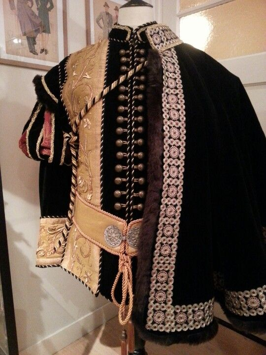 16th Century replica doublet + cloak. Costume maker : Angela Mombers.