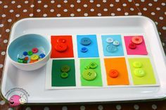 montessori-attivita-vita-pratica-motricita-fine-appaiamenti-di-colore-con-bottoni