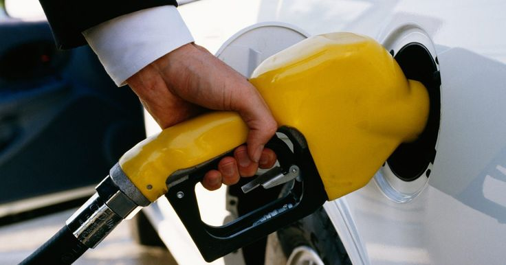 """¿Qué sucede si no usas gasolina premium en un coche deportivo de alto rendimiento?. Debido a sus motores de alto rendimiento, los coches deportivos a menudo requieren gasolina premium, haciendo los viajes a la bomba aún más difícil. Incluso con la etiqueta """"premium"""" que ves cada vez que abres la puerta de combustible, puede ser tentador llenar el tanque con gasolina regular. Hacer esto te puede ahorrar unos cuantos dólares en ..."""