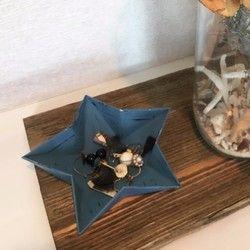 ▼長皿タイプもございます。https://www.creema.jp/item/4421725/detail天然石を切り出したオリジナルのストーンプレート4枚セットです。「ストーンアシェット」と呼んでいます。ストーンアシェットは使うシーンに合わせてレイアウトできる4枚セットの石のお皿です。2人で使うのにぴったりなカフェレイアウト、大皿のようにして使うロングレイアウト、中央にちょっとを飾れるパーティーレイアウトなど、使うシーンによって石のお皿の並べ方をアレンジできます。サタデーファクトリーホームページにもレイアウトのアイディアを一部まとめておりますので、ご検討の際は是非ご覧下さい。1枚ずつでもデザート皿やトレイとして使用できる大きさです。追加用、お試し用に、1枚単位でもご用意しておりますので1枚販売の商品ページをご参照下さい。※4枚セットは1枚販売よりも1000以上お得です。ストーンアシェットは石屋が切り出し、角を叩いてナチュラルな雰囲気に仕上げています。自然がつくった石の模様が特徴的で、同じもののない魅力を持っています。自然がつく...