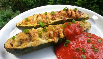 Gefüllte Zucchini mit Tomatenschaum (low carb)