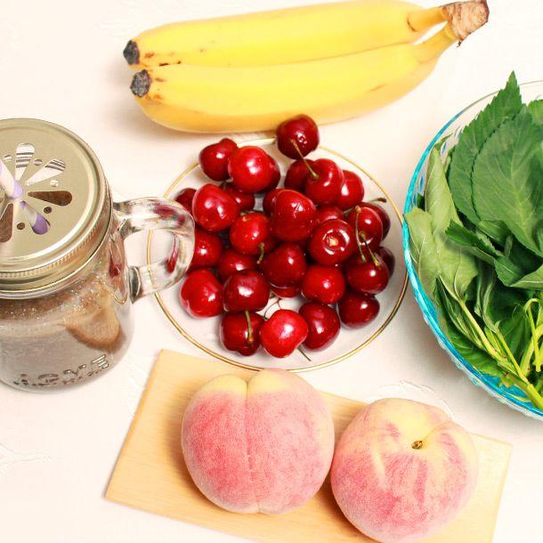 《魔女の美容液》血をつくり、疲労を回復  ・野菜…モロヘイヤ1/4パック  ・フルーツ…さくらんぼ7個、もも1/2個、バナナ1/2本  ・水…50cc  モロヘイヤの鉄と、さくらんぼの葉酸に血をつくる働きがあります。ももとバナナには疲  労回復効果あり。 ■フルーツ多め