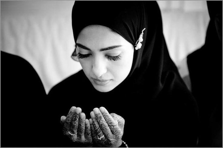 """""""Inni wajahtu wajhiy"""" (Ich habe mein Angesicht) """"lilladhiy fatar as-samaqaati wal-ardh,"""" (Dem zugewandt, Der Himmel und Erde erschaffen hat,) """"haniyfan, wa ma ana min al-muschrikiryn."""" (in Aufrichtigkeit und ich gehöre nicht zu den Götzendienern.) Surah al-An´aam, Ayah 79"""