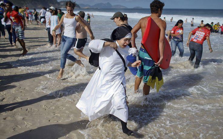 27/7 - monja camina por la arena de Copacabana
