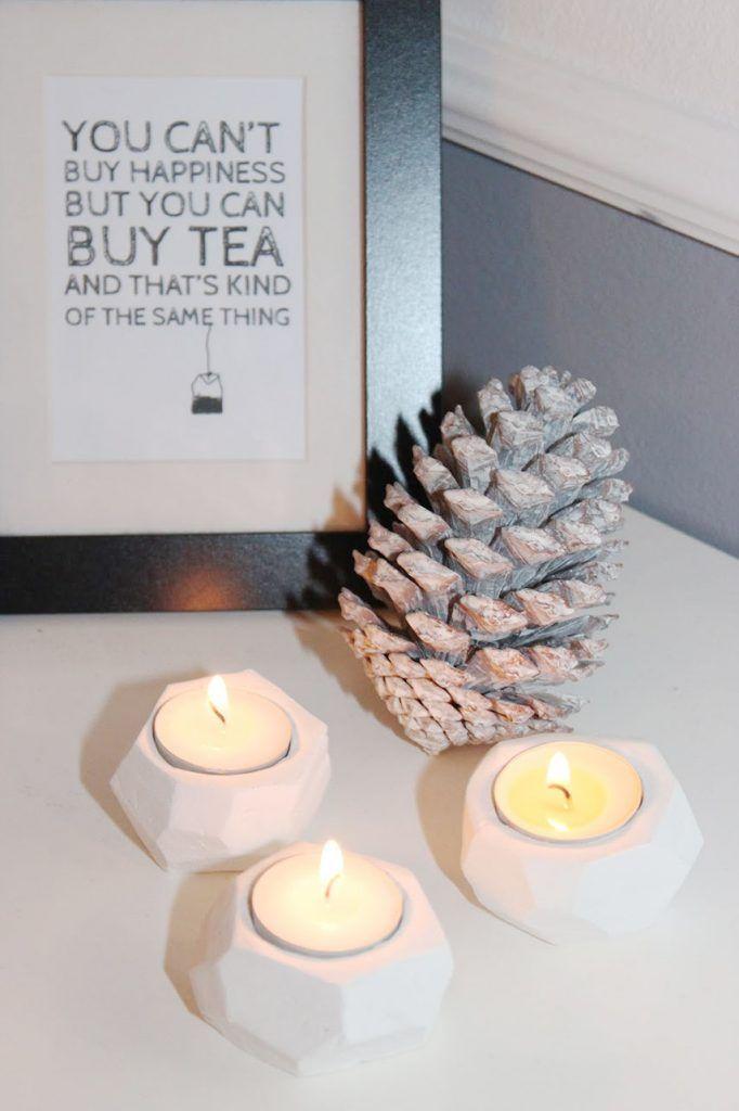 Vor einiger Zeit habe ich auf Emmas wundervollem Blog gathering beauty diese wunderschönen Teelichter gesehen und mich sofort in sie verliebt. Solche Teelichthalter wollte ich unbedingt auch und habe sie direkt mal nachgebastelt. Und hier kommt auch schon die deutsche Anleitung dazu: Material für geometrische Teelichter lufthärtende Modelliermasse* Messer Teelichter Schmirgelpapier Zunächst müsst ihr die...Weiterlesen »