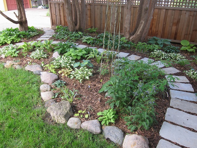 ohhh love for back yard non-lawn ideas | homekeeping and ... on Non Grass Backyard Ideas id=59915