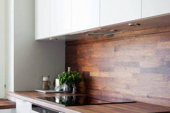 Скандинавский стиль в интерьере: Белая кухня и темный деревянный фартук.