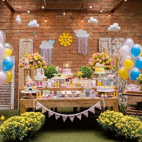 Uma festinha de Sol com muitas coisinhas aqui do atelier! Espia aí: móbile nuvem penduradas no teto, nuvens com fita e corações no painel, bandeirolas, topo de bolo, caixas forradas com tecido... É muita boniteza!☀️☁️ Foto: @flaviaperrinfotografia  Produção: @pitanga_pitangueira   #festa  #festasol  #decoração  #nuvem #bandeirolas #decoraçao  #decoraçãodefesta  #casa18  #lojacasa18  #criança  #festainfantil  #party