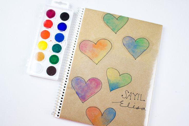 Se que en algunos países están por iniciar clases así que en este post les quise compartir 2 ideas para decorar o forrar tus cuadernos con acuarelas.