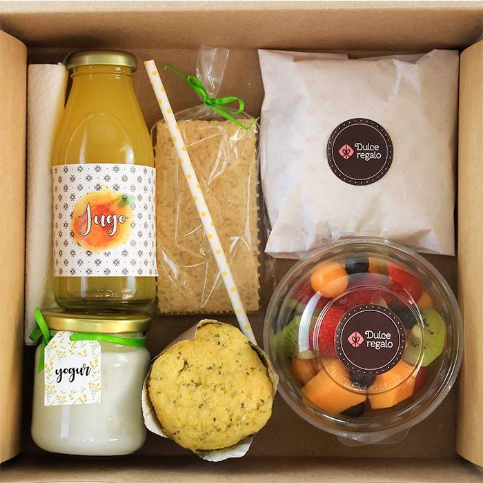 Disfruta un desayuno ligero. Jugo, yogur y frutas de temporada. Snack Box, Lunch Box, Breakfast Basket, Picnic Box, Food Packaging Design, Picnic Foods, Food Platters, Cafe Food, Aesthetic Food