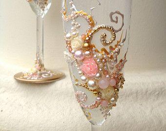 Un elegante set de dos copas de champán en el diseño de flor de cereza es ideal como novia y novio boda tostado flautas, cualquier ocasión especial, cumpleaños, despedida de soltera, día de San Valentín, aniversario o simplemente un noche romántica juntos y cada día uso. Es una idea de regalo perfecto!  Los colores son marrón oscuro y blush rosa/coral.  Las gafas son mano decorada con un diseño original con pintura no tóxica de vidrio y piedras semipreciosas. Son calor y lavavajillas, qu...