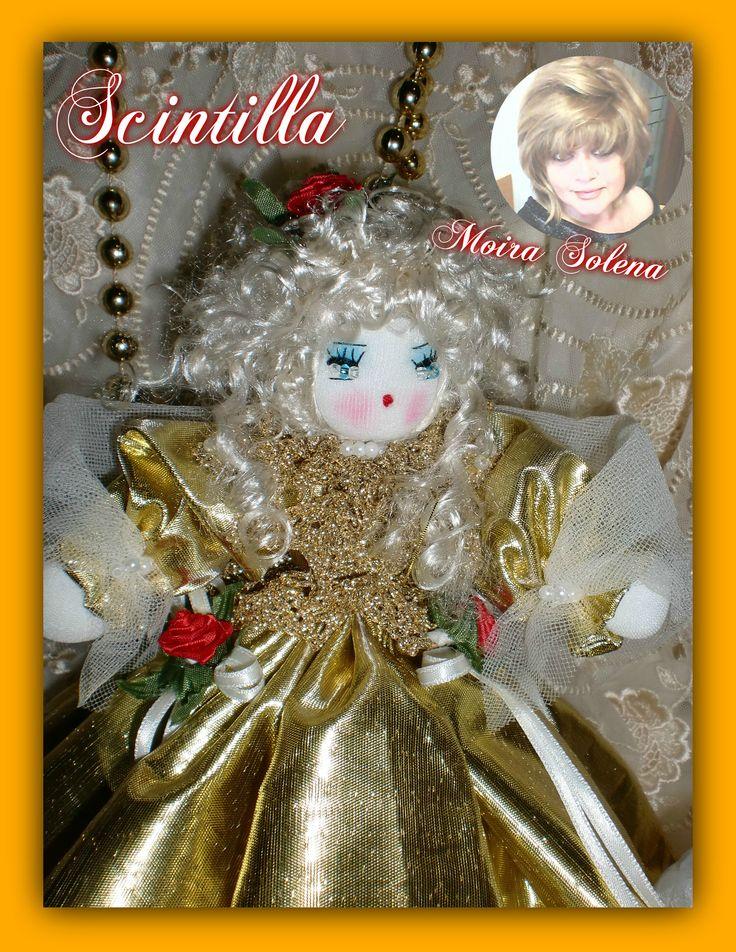 Scintilla, bambolina natalizia tutta dorata (primo piano).