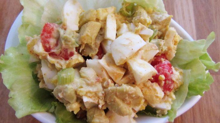 Recept voor een gezonde eiersalade met avocado en tomaat. Makkelijk klaar te maken, verantwoord en heel lekker!