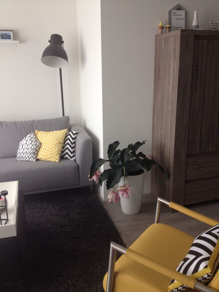 Livingroom, yellow fauteuil, Henders en Hazel, hektar lamp, Ikea
