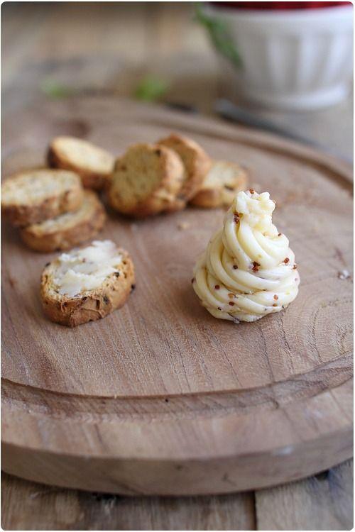 Je vous propose une petite recette toute simple qui permet d'aromatiser son beurre d'un mélange sucré/salé : du miel et de la moutarde à l'ancienne. Ce beu